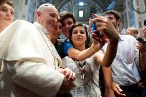Papa Francesco con alcuni giovani